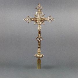 Krzyż mosiężny procesyjny - wysokość ok. 64 cm.