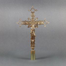 Krzyż mosiężny procesyjny - wysokość ok. 50 cm.
